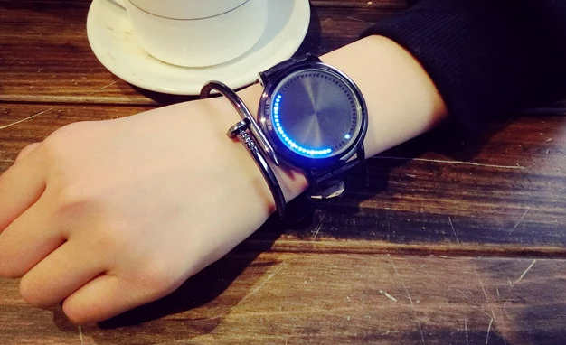 韩版潮女学生电子手表男智能创意个性发光led触屏简约黑白情侣表-淘宝网